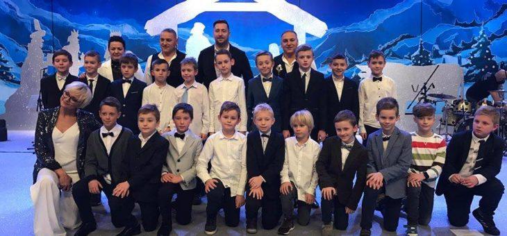 Uczestnicy Turnieju Piłkarskiego na 100- lecie Odzyskania Niepodległości Polski o Puchar PGE na kolędowaniu w Polscacie